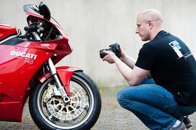 Daniel Fehl beim Begutachten eines Motorrads