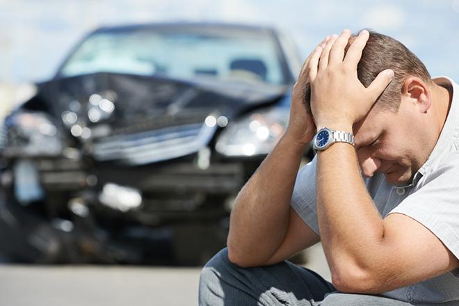 Man ist verzweifelt nach einem Autounfall