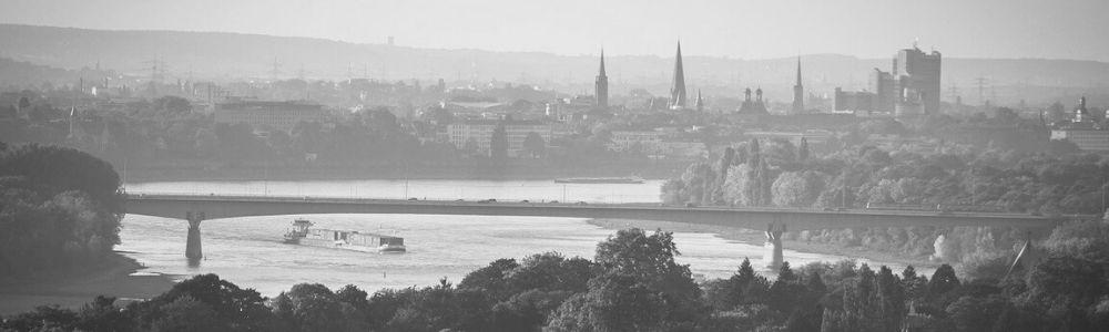 Schwarz-Weiß Bild der Rheinbrücke in Bonn
