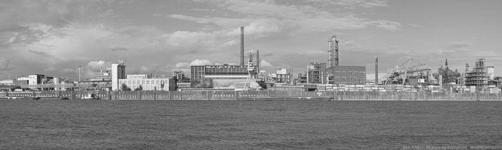 Sicht auf das Industriegebiet in Leverkusen vom Rhein aus