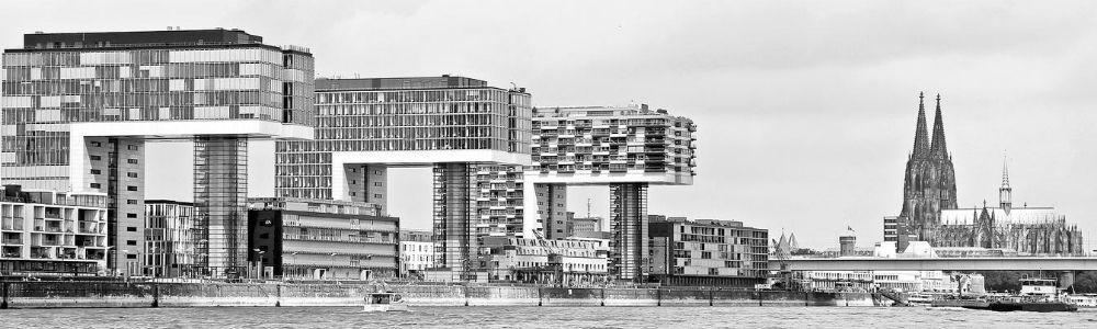 Sicht auf das Kölner Rheinufer mit den Kranhäusern und dem Kölner Dom - Schwarz-Weiß